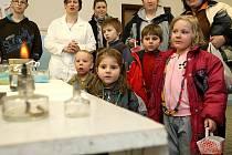 """Pestrou ukázku školních aktivit si pro budoucí prvňáčky připravila českolipská základní škola 28. října na Špičáku na již tradiční """"Den otevřených dveří""""."""