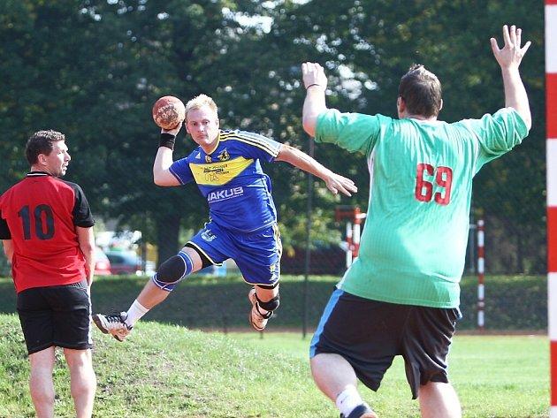 Mareš se snaží překonat hostujícího gólmana Hampla.