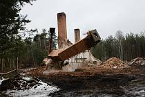 Demolice komínu v bývalém vojenském prostoru Ralsko