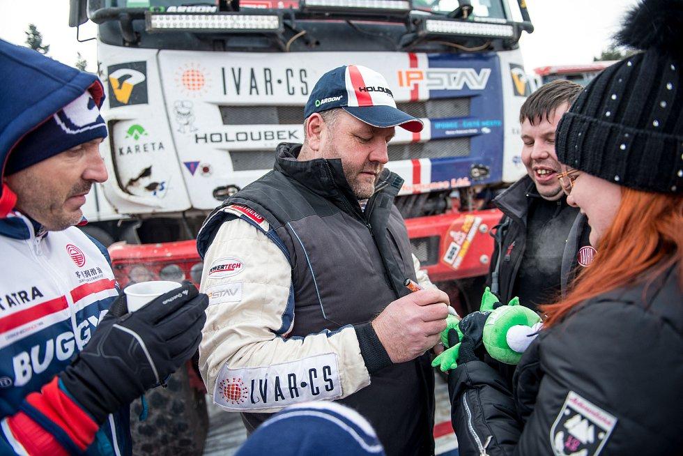 MOGUL Dakar Setkání přilákalo na Autodrom v Sosnové špičkové dakarské týmy, množství diváků a také velkou zimu.