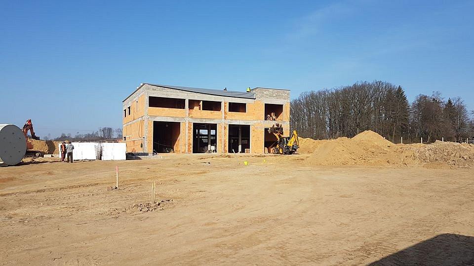 Na místech, kde se ještě před necelým rokem zelenala louka, vyrostly základy nové stanice pro profesionální hasiče v Doksech.