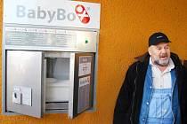 """""""Česká Lípa je v tuto chvíli druhé největší město v republice, které nemá babybox,"""" říká jejich zakladatel Ludvík Hess (na snímku při loňském otevření babyboxu v Novém Jičíně)."""
