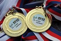 Medaile čeká na všechny účastníky pátečního běhu.