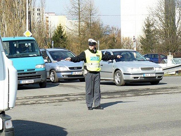 STŮJ – pro směr, ke kterému stojí policista čelem nebo zády. Řidič je povinen zastavit vozidlo.