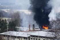 V areálu bývalého skladu Benziny vybuchla nádrž.