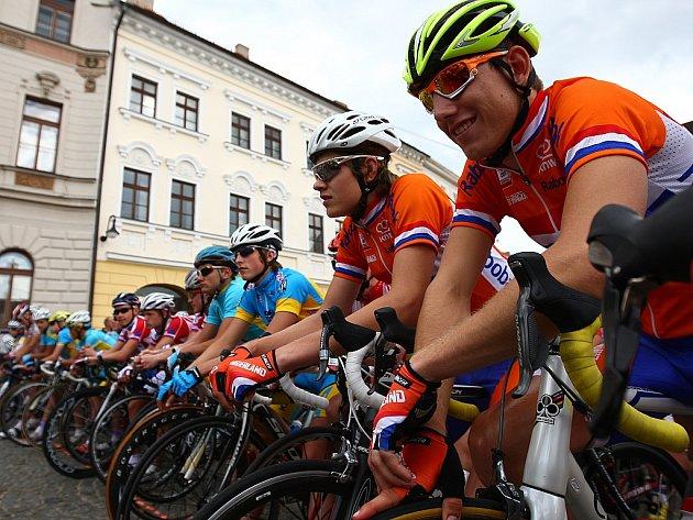 Takřka sto dvacet závodníků cyklistického Závodu míru juniorů se v pátek odpoledne postavilo na start k druhé etapě, jež byla zahájena na náměstí T.G.M. v České Lípě.