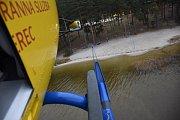 K Máchovu jezeru mimo jiné ve vrtulníku Zdravotnické záchranné služby vyletěli i příslušníci Horské služby speciálně vycvičení  ke slaňování.