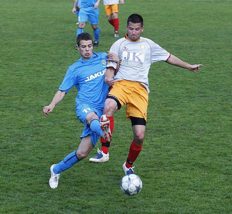 Rezerva Lípy podlehla libereckému Rapidu o čtyři góly. Na snímku Měšťan v souboji s Hegerem.
