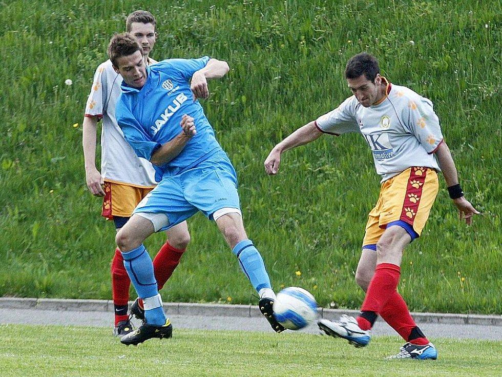 Rezerva Lípy podlehla libereckému Rapidu o čtyři góly. Na snímku Šlechta bojuje s Halamou.