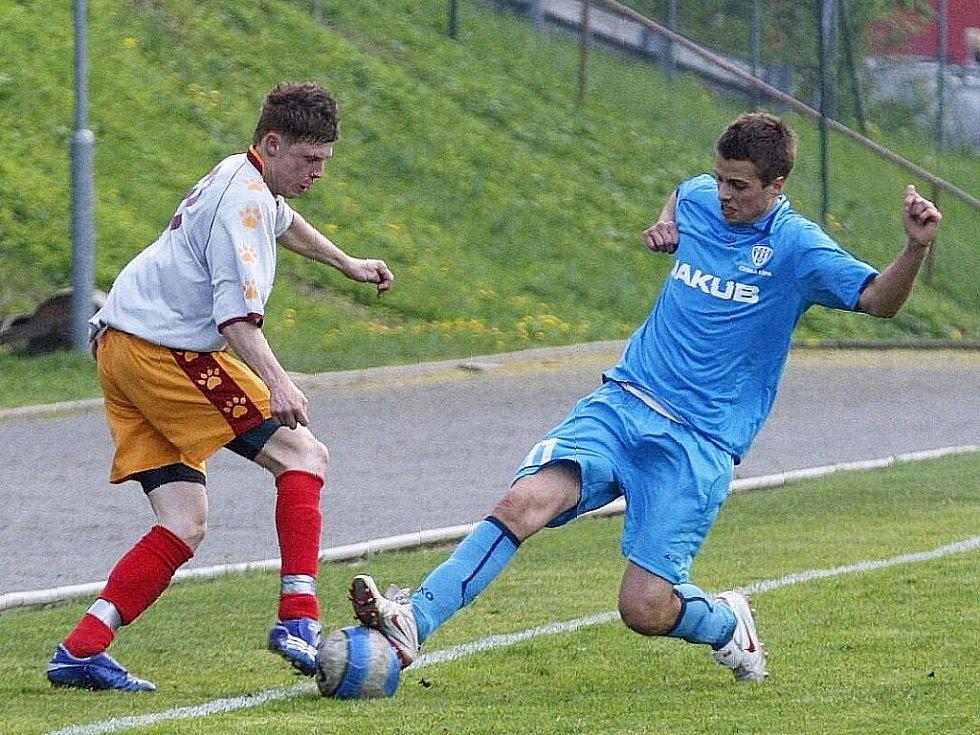 Rezerva Lípy podlehla libereckému Rapidu o čtyři góly. Měšťan zastavuje akci Soukeníka.