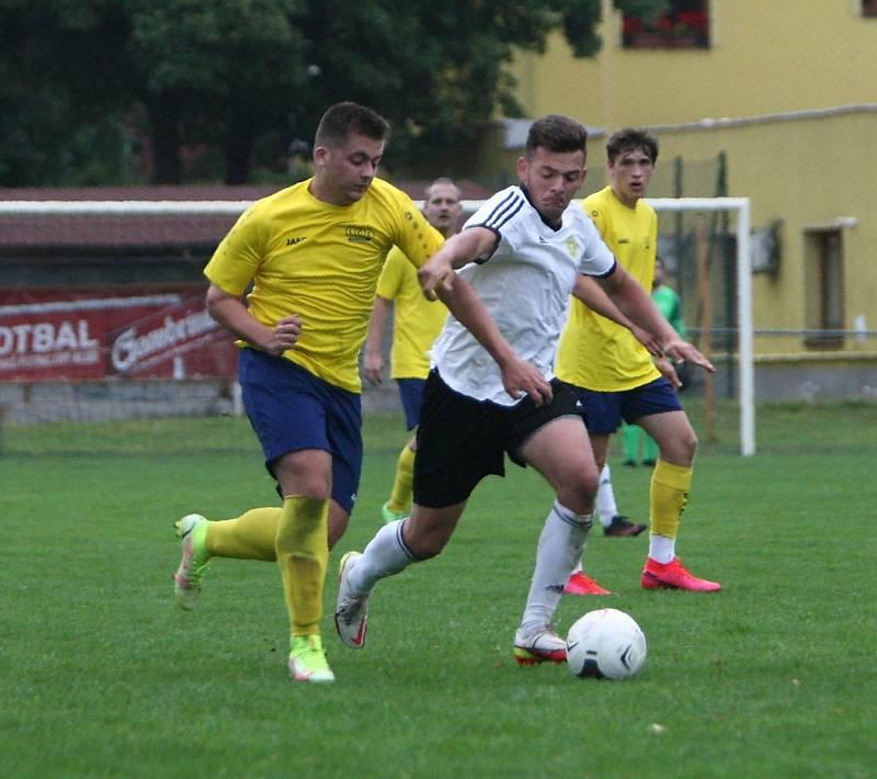 Lokomotiva Česká Lípa (žluté dresy) - Košťálov/Libštát 0:2. Lupšák v souboji se Šafářem.