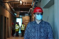 Pod rouškou nejsou v těchto dnech jen zaměstnanci nemocnice, včetně primáře Jaromíra Honse (na snímku), pod ochranou vrstvou se zatím skrývá i samotná budova psychiatrie, která prochází zásadní rekonstrukcí.