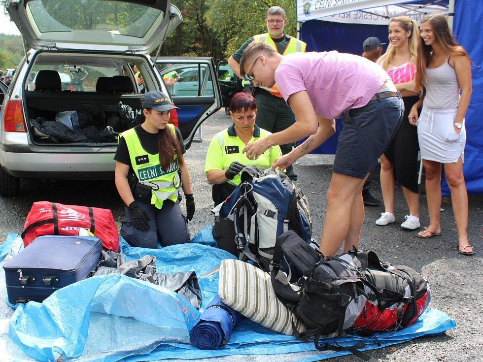 Festival provázely už od čtvrtečního odpoledne rozsáhlé policejní kontroly u silnic kolem Doks, ale nově také na vlakovém nádraží i přímo ve vlacích.