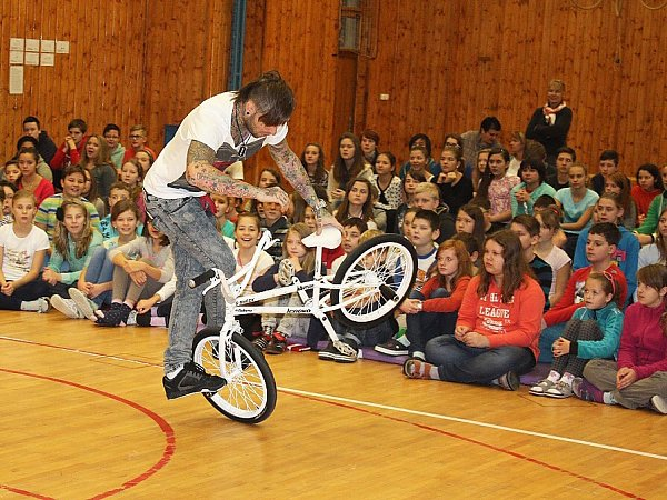 Novoborské ZŠ ULesa a ZŠ náměstí Míru navštívil Dominik Nekolný. Tento tanečník na jízdním kole provedl žáky svým motivačním programem snázvem Drug Free.