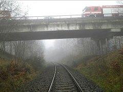 Za nádražím v Novém Boru pod přemostěním silnice I/9 byla sražena osoba vlakem.