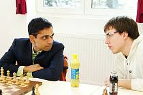Indický velmistr Krishnan Sasikiran (vlevo) debatuje s klubovým kolegou velmistrem Mateuszem Bartelem.