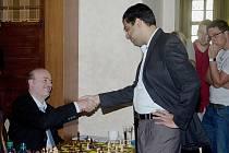 Petr Boleslav (vlevo) po výhře v simultánce nad mistrem světa Viswanathanem Anandem, který mu podává ruku na důkaz rezignace.