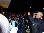 Stovka lidí si přišla zazpívat také k ZŠ a MŠ ve Stráži pod Ralskem.