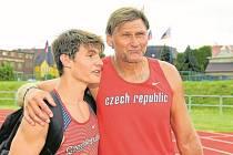 Nadějný atlet AC Jablonec František Doubek se svým trenérem Miroslavem Ruckým.