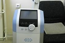 Nový přístroj moderní technologie v podobě Výkonového indukčního systému využívající účinky vysokoindukčního pole začalo v těchto dnech používat Oddělení léčebné rehabilitace českolipské nemocnice.