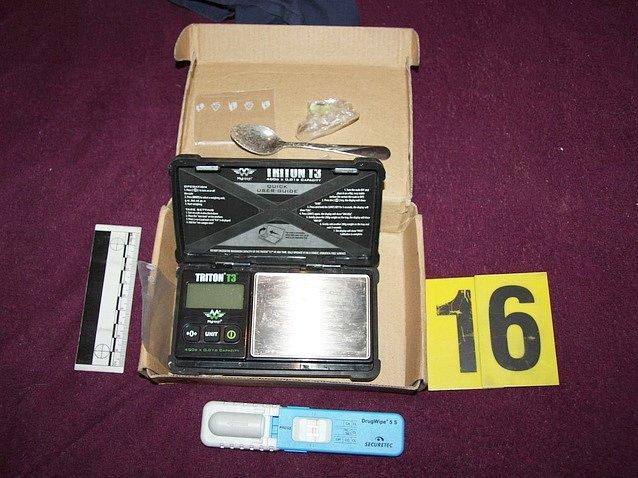 """OPERACE AISHA. Kriminalisté z krajského """"Toxi týmu"""" našli u zadržených osob drogy i pomůcky k jejich výrobě."""