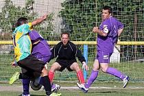 Zápas o záchranu ve III. třídě mezi SK Sosnová a SK Noviny lépe zvládli hosté, kteří vyhráli 1:0 a dotáhli se na svého soka na jediný bod.