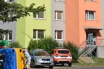 Pohled na panelový dům v ulici Roháče z Dubé v České Lípě, kde v pátek 2. srpna hořelo a hasiči evakuovali 60 obyvatel. Foto z rána, kdy na místě byli ještě vyšetřovatelé hasičů a Policie ČR.