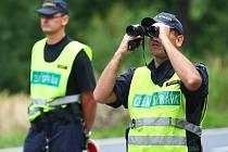 Páteční policejní kontroly na odstavném parkovišti u Jestřebí. Policisté se zaměřují na drogy.