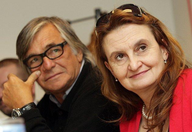 V české komedii Líbáš jako bůk, kterou dnes promítá kino v České Lípě, hrají také Jiří Bartoška a Eva Holubová.