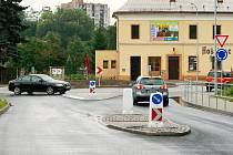 Práce na kruhovém objezdu na Kozinově náměstí finišují, chybí jen namalovat vodorovné dopravní značení na zbrusu nové křižovatce.