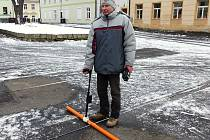 V přesných rozestupech po jednom metru vědci proměřují anomálie pod povrchem Škroupova náměstí.