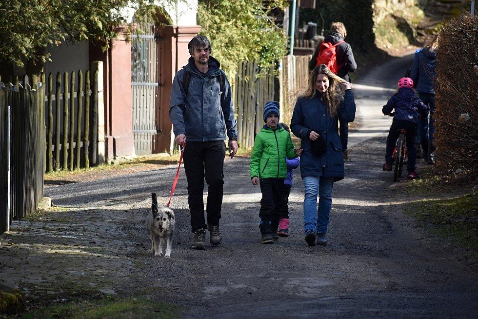 Peklo lákalo poslední březnový víkend stovky turistů mířících především za bledulemi.