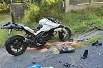 Při nehodě u Ralska se těžce zranil motorkář.