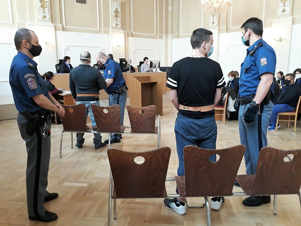 Okresní soud v České Lípě začal projednávat v provizorně uzpůsobeném historickém – a největším - sále soudní budovy kauzu rozsáhlých úvěrových podvodů.