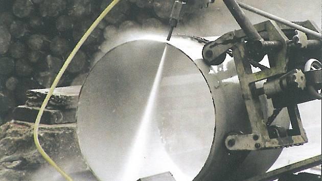 Zařízení někdejší chemické úpravny uranu na malé díly přesnými řezy oddělil přístroj, zajišťující řezání vodním paprskem.