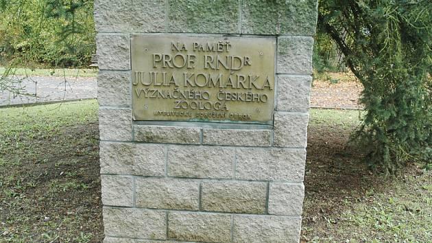 Pomník vybudovaný už v roce 1974 na počest Julia Komárka..