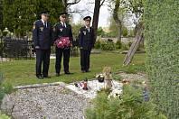 Pondělní návštěvou českolipského hřbitova vzdali přítomní čest Karlu Vackovi, veliteli tehdejšího okresního útvaru Sboru požární ochrany Česká Lípa, který zahynul při výkonu služby v České Lípě.