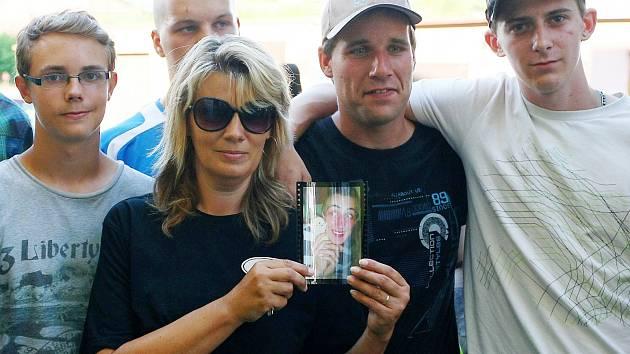 Smuteční průvod za zavražděnehé Jana Lišku se uskutečni 30. července v Doksech. Akce byla svolána přes facebook a zúčastnilo se jí přes sto mladých lidí. Průvod zavítal z náměstí k domu, kde oběť bydlela. Dav posléze vyrazil na místní hřbitov.