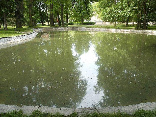 JAKO NOVÉ. Kompletně vyčištěný je systém cirkulace vody, břehy jsou obložené kameny. Na úpravy nyní čeká ještě okolí jezírka.