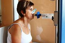 S kolíkem na nose lidé ve středu na plicním oddělení českolipské nemocnice absolvovali vyšetření na spirometru. To mohlo odhalit závažné plicní choroby.