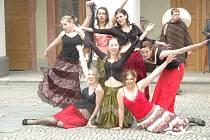 Barové dámy White and Black Whisky saloonu v podání studentek českolipských středních škol.