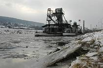 Mrazivé počasí posledních dnů způsobilo, že i děčínský zimní přístav zamrzl.