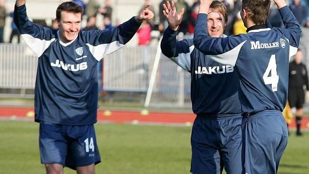 Podolský při zápase s Kladnem, kdy radoval z gólu společně s Holečkem a Vrabcem.