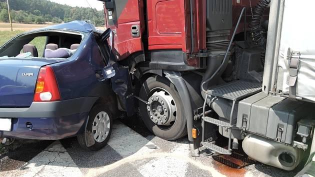 Dopravní nehoda nákladního auta s osobním si v pátek v Jestřebí vyžádala lidský život.