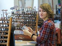 WORKSHOPY zaměřené na rytí skla vedla minulý týden na Střední umělecko průmyslové škole sklářské v Kamenickém Šenově Pavlína Čambalová (na snímku).