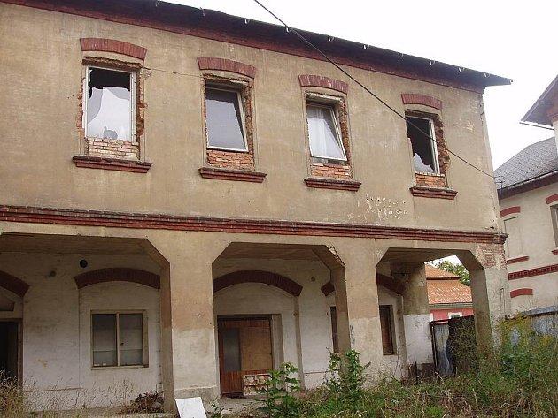 Národní dům ve Sloupu v Čechách je v katastrofálním stavu, předchozí majitelé se o něj vůbec nestarali.