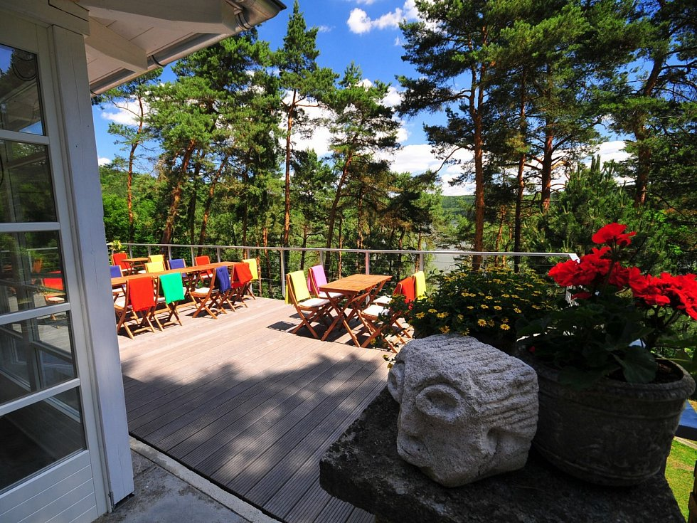 Rodinný klenot na břehu jezera provozuje rodina Miloše Formana dodnes.