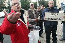 Z Nového Boru přijel hlouček občanů  protestovat proti novému představení Činoherního studia.