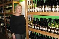 Jana Koutská ve své vinotéce v Děčínské ulici.