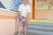 Na schodech  vedoucích k ředitelně, kde Libor Šmejda úřaduje už dvanáct let.